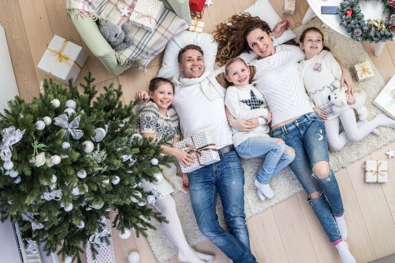 fira lycklig julfamilj royaltyfria bilder
