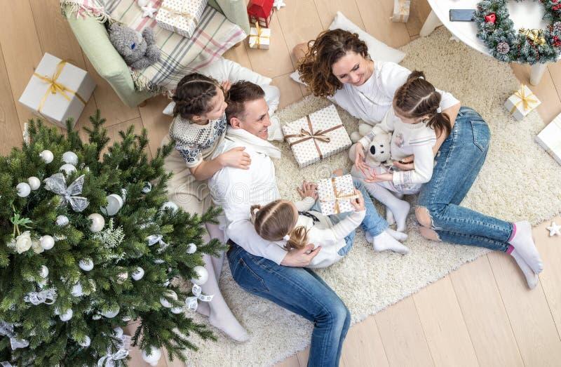 fira lycklig julfamilj royaltyfria foton