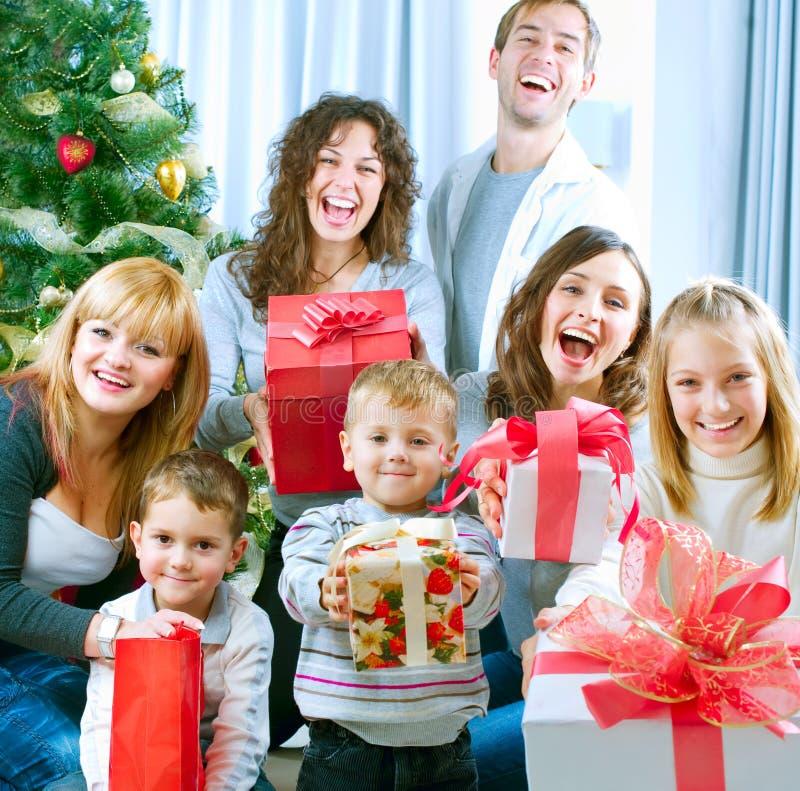 fira lyckliga julfamiljgåvor royaltyfri fotografi