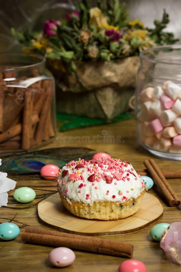 Fira marshmallowen, blommar muffin på trätabellen, födelsedagpartiet royaltyfri fotografi