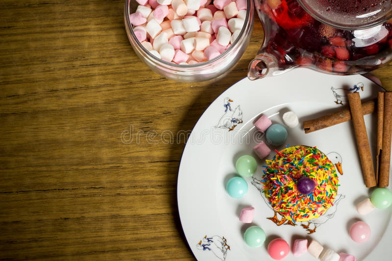 Fira marshmallowen, kaka, godisar, fruktte på trätabellen, födelsedag fotografering för bildbyråer