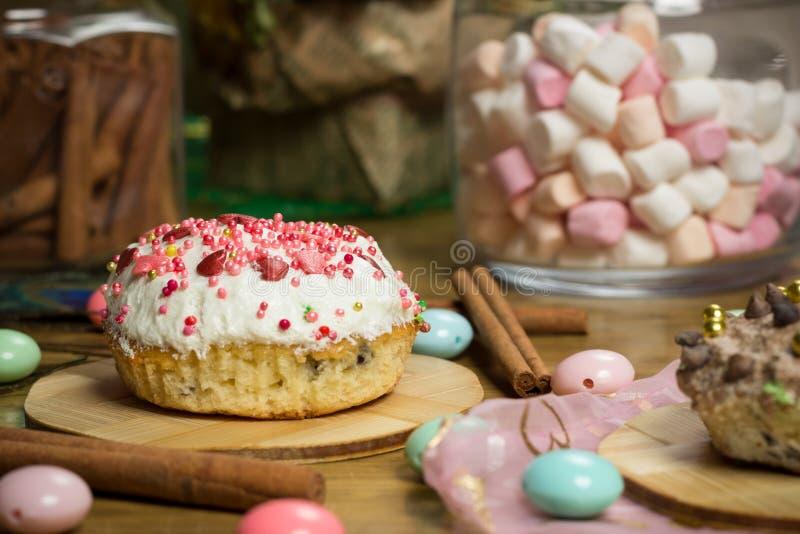 Fira marshmallowen, kaka, godisar, fruktte på trätabellen, födelsedag royaltyfria foton