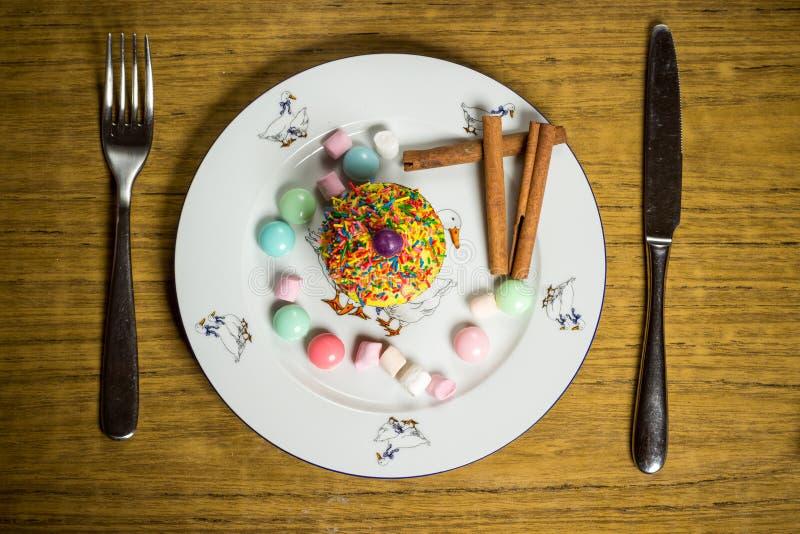 Fira marshmallowen, kaka, godisar, fruktte på trätabellen, födelsedag arkivfoto