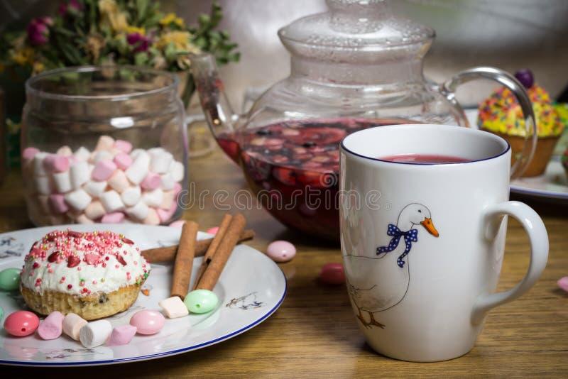 Fira marshmallowen, kaka, godisar, fruktte på trätabellen, födelsedag arkivfoton