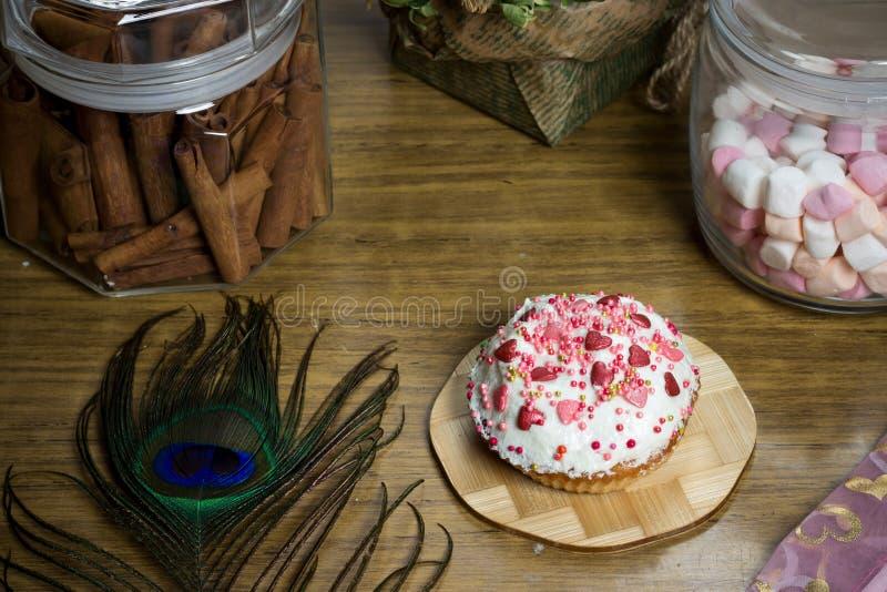 Fira marshmallowen, muffin på trätabellen, födelsedagparti royaltyfria foton