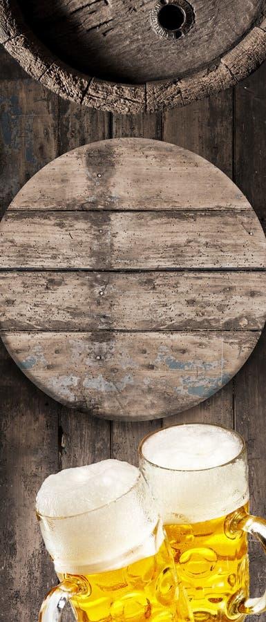 Fira Oktoberfesten med öl arkivbilder