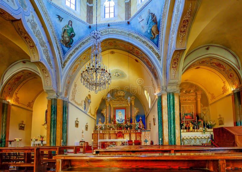 Fira Santorini/Grekland - 05-18-2014: Inom av en härlig kyrka på boulevarden av Fira Santorini, Grekland arkivfoton