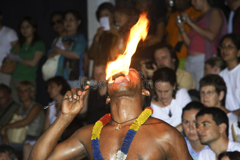 Fire-eater på den Perahera festivalen i Kandy arkivfoton