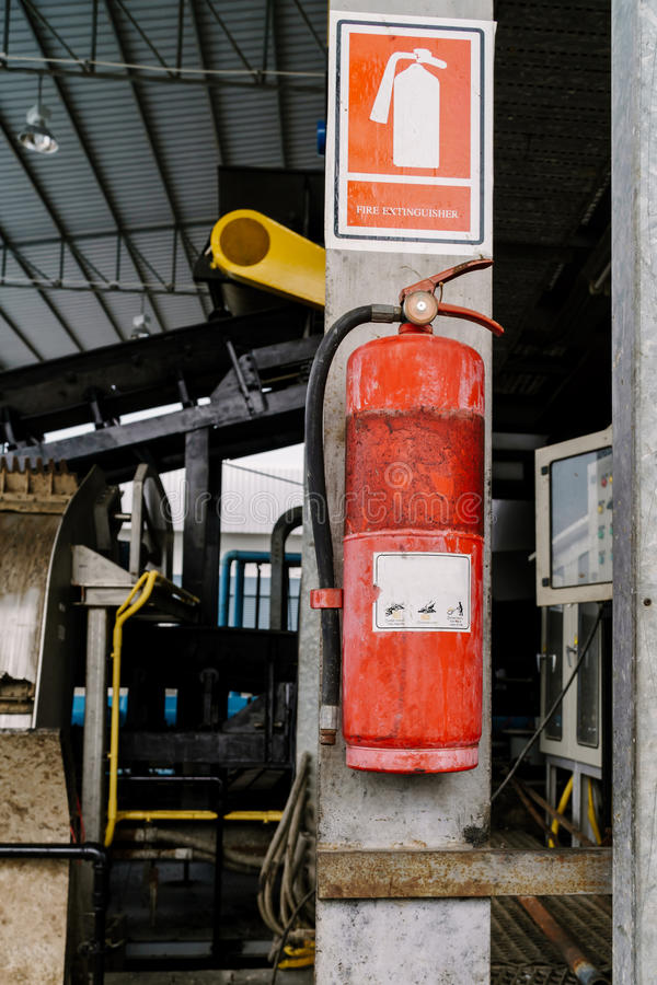 Free Fire Extinguisher Tank Is Very Old. Hanging On A Pole In The Factory Royalty Free Stock Photography - 90407617
