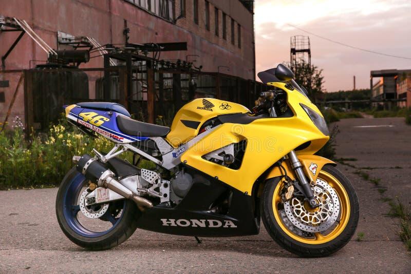 Fireblade amarelo de Honda no fundo da paisagem industrial foto de stock royalty free