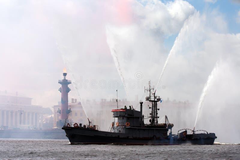 Fireboat en Rostral kolom stock foto's