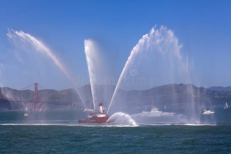 Fireboat - Flotille - Golden gate bridge lizenzfreies stockbild