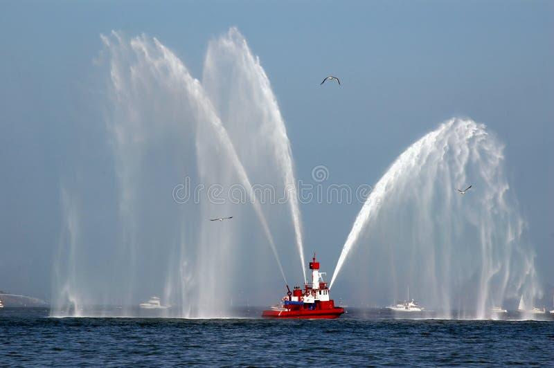 Fireboat nell'azione fotografie stock libere da diritti