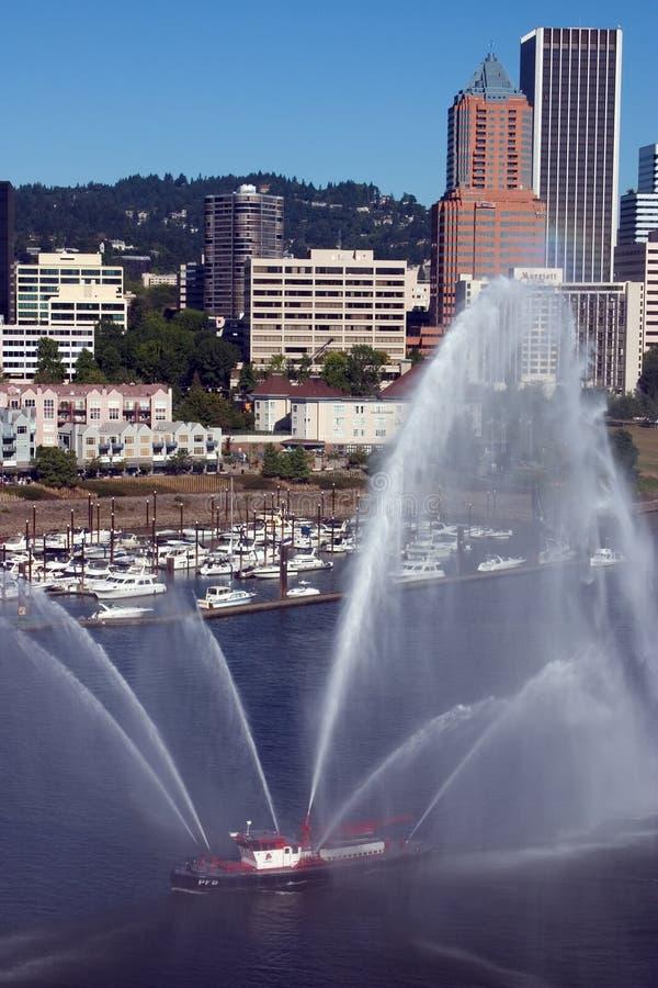 Fireboat voor jachthaven, stad. stock fotografie