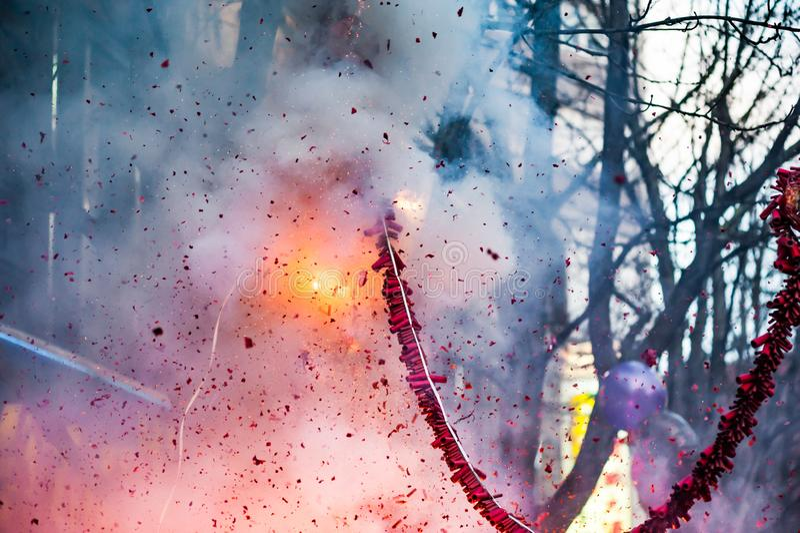 Firecrackers που εκρήγνυνται στην οδό στοκ εικόνες με δικαίωμα ελεύθερης χρήσης