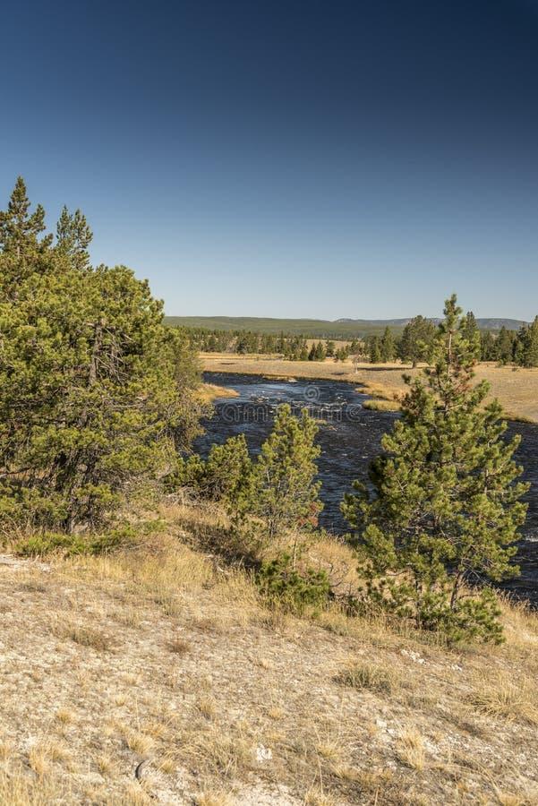 Fireholerivier bij de Grote Prismatische Lente in het Nationale Park van Yellowstone stock afbeeldingen