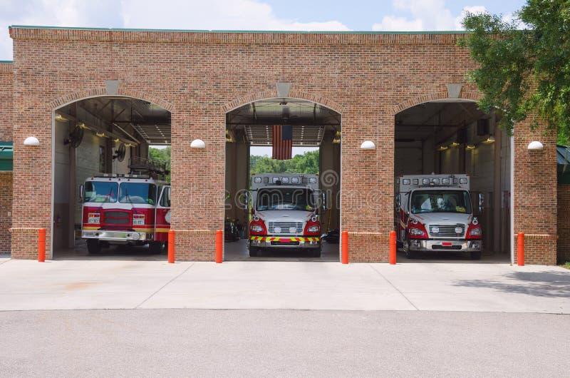 Firehouse do quartel dos bombeiros com paramédicos & carros de bombeiros fotografia de stock royalty free