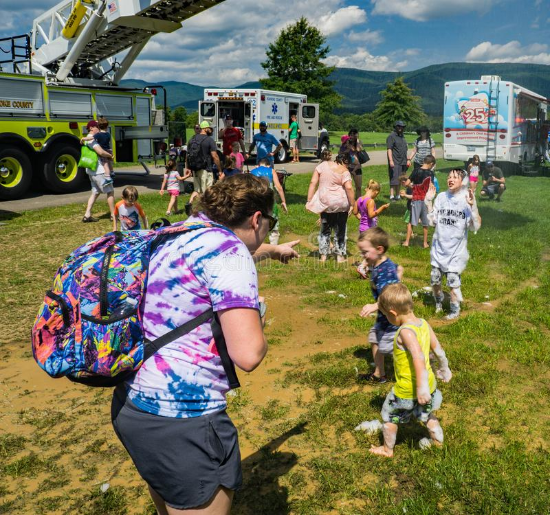 Fireman's-Leiter-LKW-Sprühwasser auf Kindern - 2 stockbild