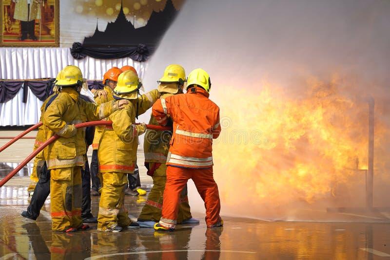 fireman O treinamento do sapador-bombeiro fotos de stock
