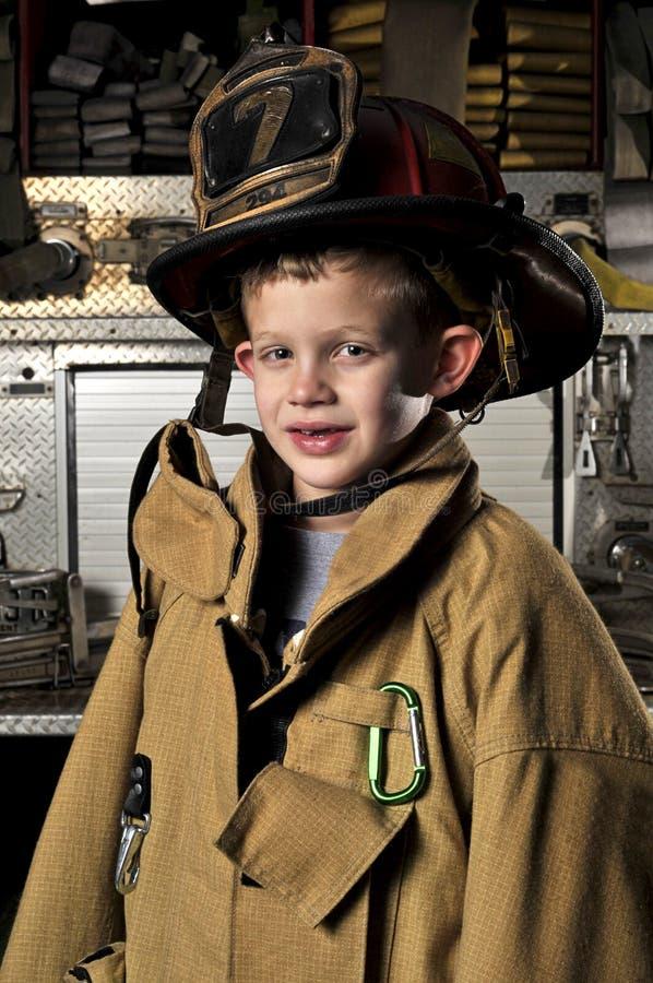 firemansståendeson royaltyfri foto