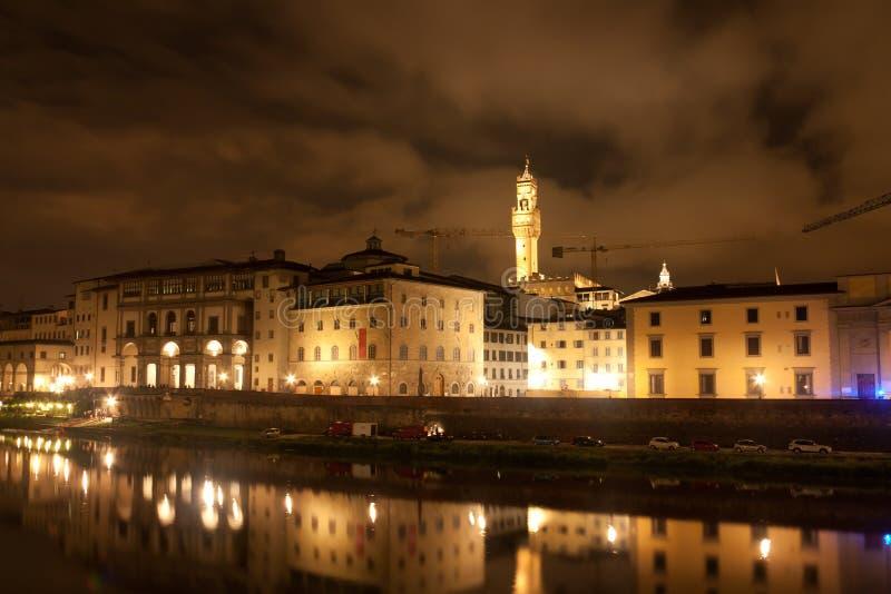 Firenze - музей Galileo, башня Palazzo Vecchio отраженная в Arn стоковые изображения