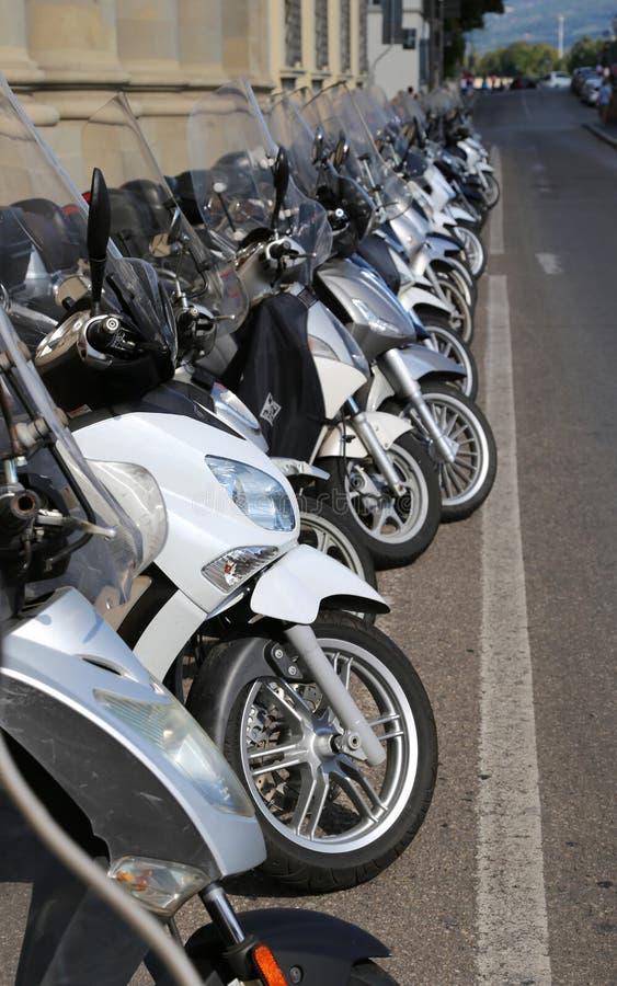 Firenze, FI Włochy, Sierpień, - 21, 2015: mopeds moto i hulajnoga obraz royalty free