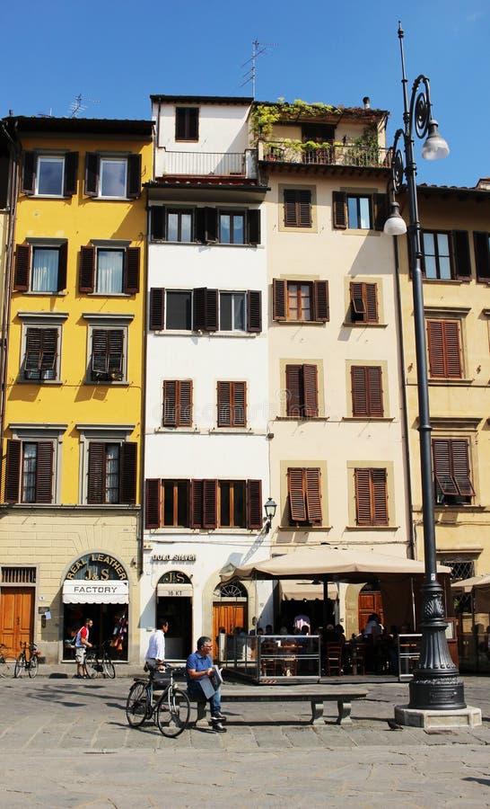 FIRENZE, ITALIA - CIRCA 2016: Un uomo legge il suo giornale nel Di Santa Croce della piazza che è un quadrato famoso a Firenze fotografia stock libera da diritti