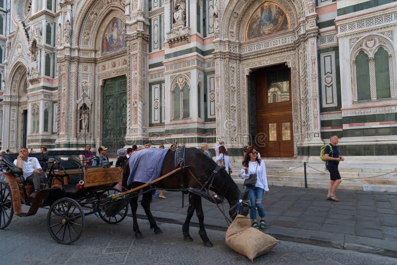 FIRENZE, ITALIA - 25 MAGGIO: La gente non identificata nella via si muove intorno al duomo - il Di Santa Maria del Fiore della ba fotografie stock