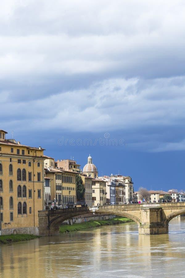 FIRENZE, ITALIA - 7 MARZO: Ponte di Ponte Santa Trinita sopra immagine stock