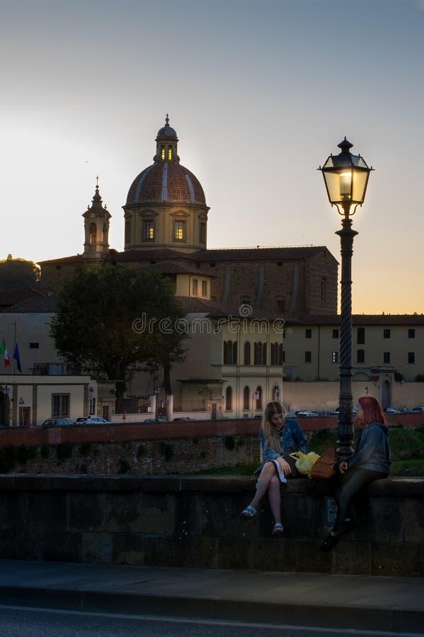 Firenze, Italia - 11 ottobre 2017: Nella sera sul ponte di Ponte Alla Carraia sopra il fiume di Arno a Firenze immagini stock libere da diritti