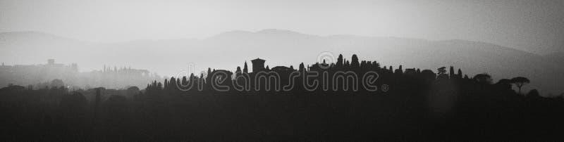 Firenze, Italia Paesaggi collinosi Su fondo in bianco e nero riflette la siluetta del paesaggio fotografie stock