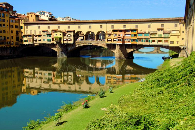 Firenze, Italia 08 09 2017 - punto di riferimento amous Ponte Vecchio a Firenze sopra il fiume di Arno immagine stock