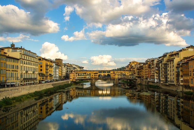 Firenze, Italia - 8 settembre 2017: Vista del ponte medievale famoso Ponte Vecchio e Arno River dal Ponte Santa Trinita immagini stock libere da diritti