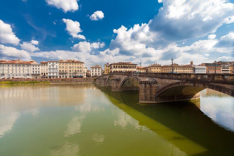 Firenze, ITALIA 11 settembre 2016: Vista sul alla cinque-incurvato Carraia di Ponte del ponte sopra il fiume di Arno a Firenze fotografie stock libere da diritti