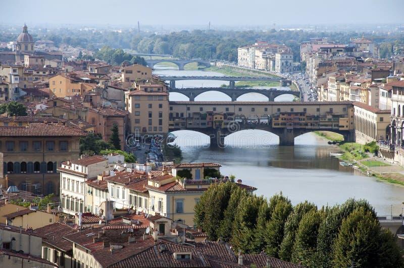 Firenze - l'Italia - il vecchio ed i ponticelli di Ponte in su vie fotografia stock libera da diritti