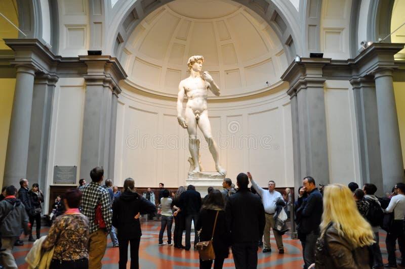 FIRENZE 10 NOVEMBRE: I turisti esaminano David da Michelangelo novembre 10,2010 in dell'Accademia di galleria a Firenze. L'Italia. immagini stock