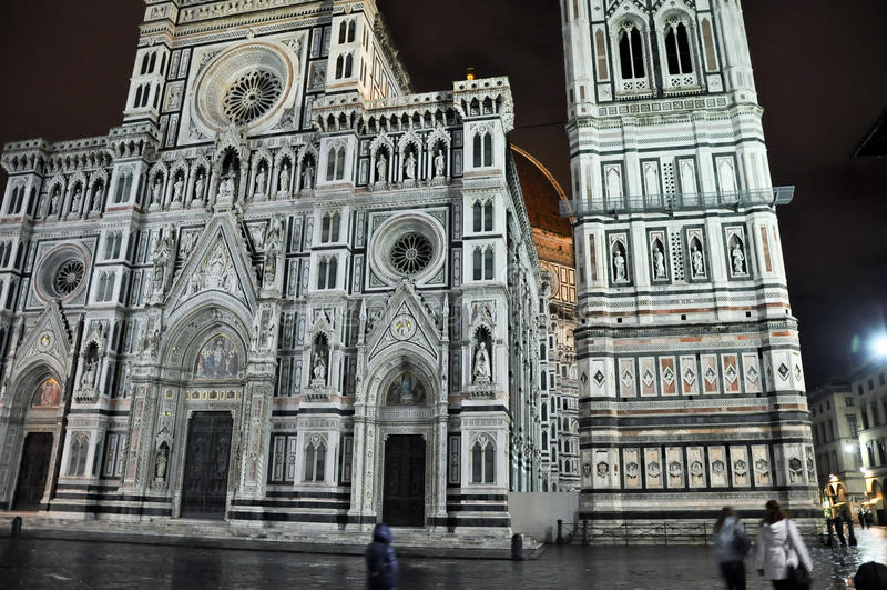 FIRENZE 10 NOVEMBRE: Il duomo ed il battistero di St John da Piazza del Duomo novembre 10,2010 a Firenze, Italia. fotografia stock libera da diritti