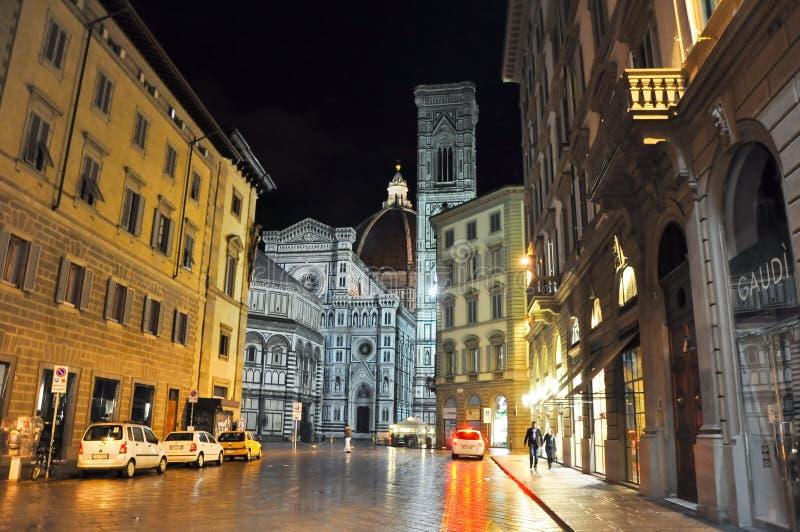 FIRENZE 10 NOVEMBRE: Via il degli Agli ed i Di Santa Maria del Fiore della basilica sui precedenti novembre 10,2010 a Firenze, fotografie stock libere da diritti