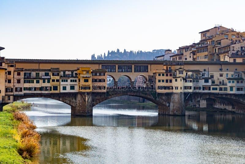 Firenze, Toscânia Itália - 30 de dezembro de 2018 Ponte Vecchio de Florença viu da ponte da trindade do St foto de stock royalty free