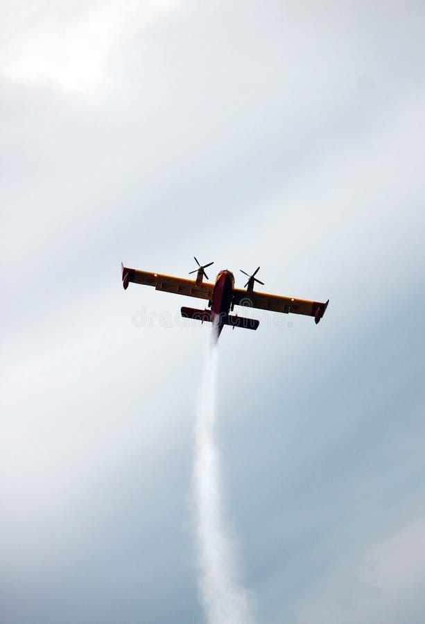 Fireplane som flyger under en show för arméflygplan royaltyfria bilder
