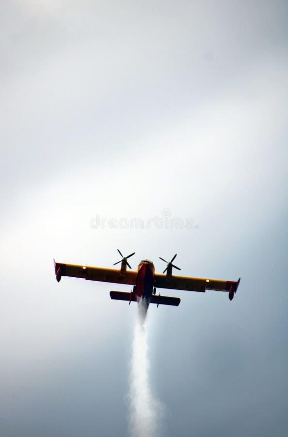 Fireplane som flyger under en show för arméflygplan royaltyfria foton