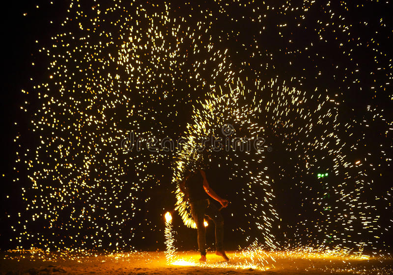 Firestarter выполняя изумительную выставку огня стоковое фото