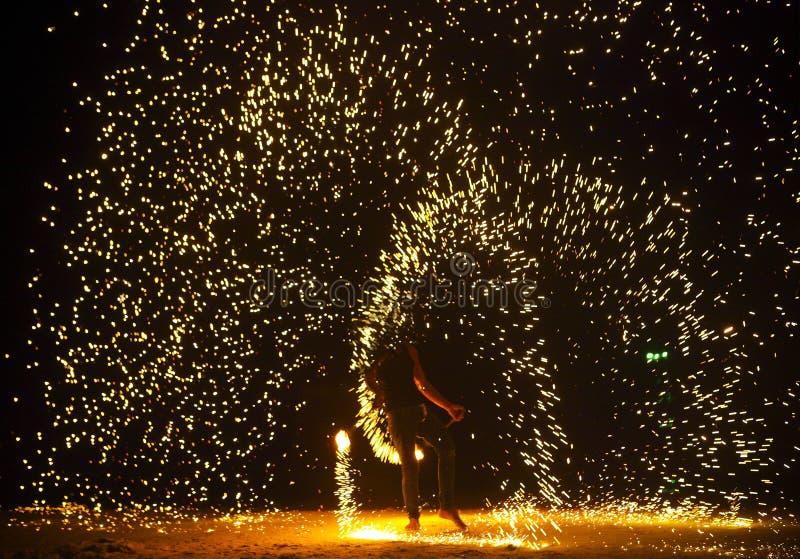 Firestarter exécutant l'exposition étonnante du feu photo stock