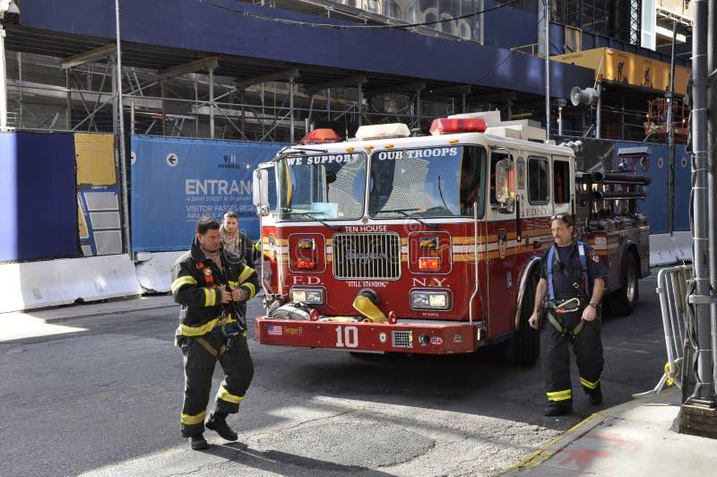 Firetruck 10 de New York e bombeiros foto de stock