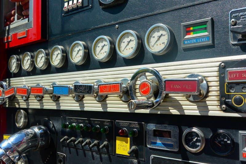 Firetruck kontrola przygotowywa, dźwignie i tarcze obraz stock