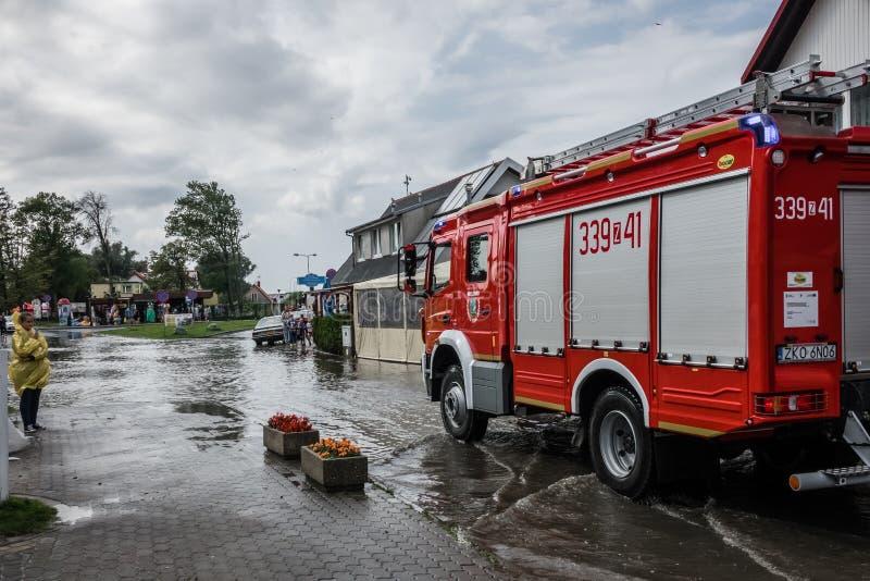 Firetruck que chega para drenar a área inundada foto de stock royalty free