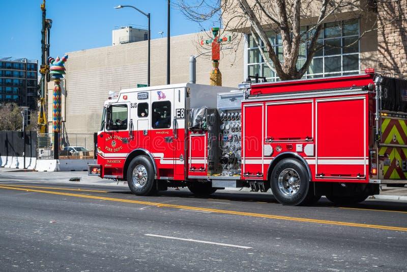 Firetruck se précipitant en bas d'une rue dans San Jose du centre photo libre de droits
