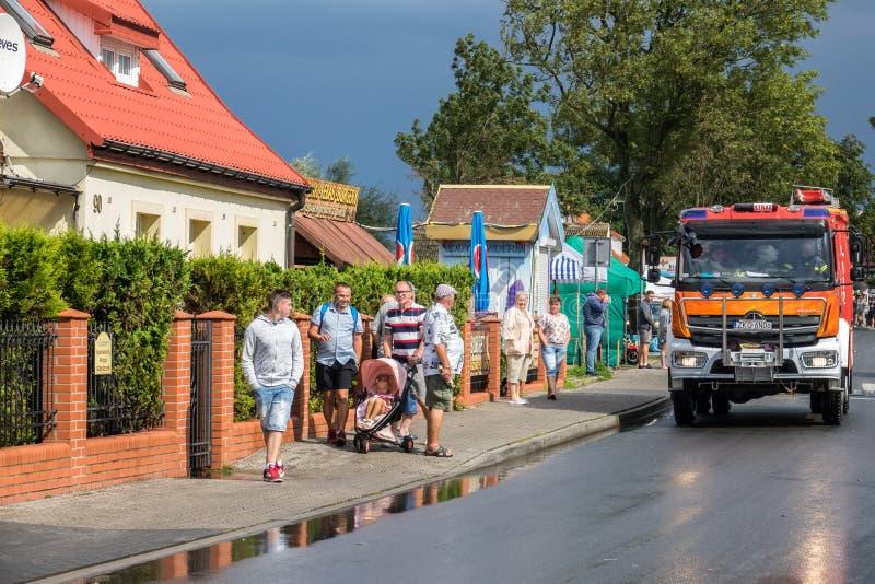 Firetruck som ankommer för att tömma översvämmat område royaltyfria bilder