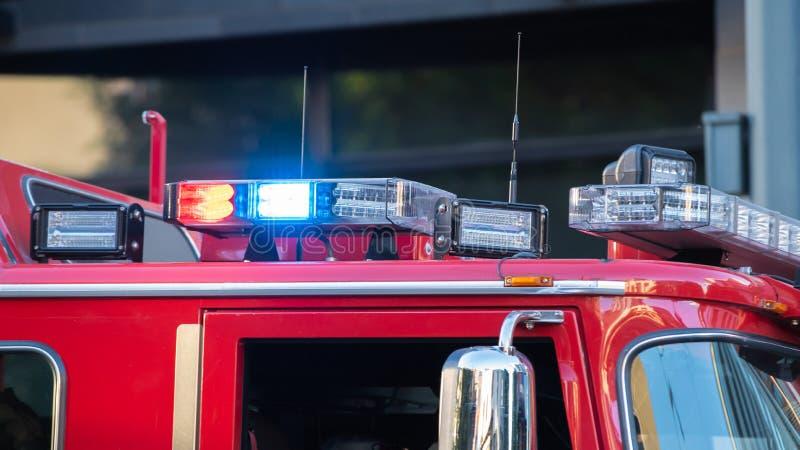 Firetruck syreny mruganie w błękicie i czerwieni zdjęcia royalty free