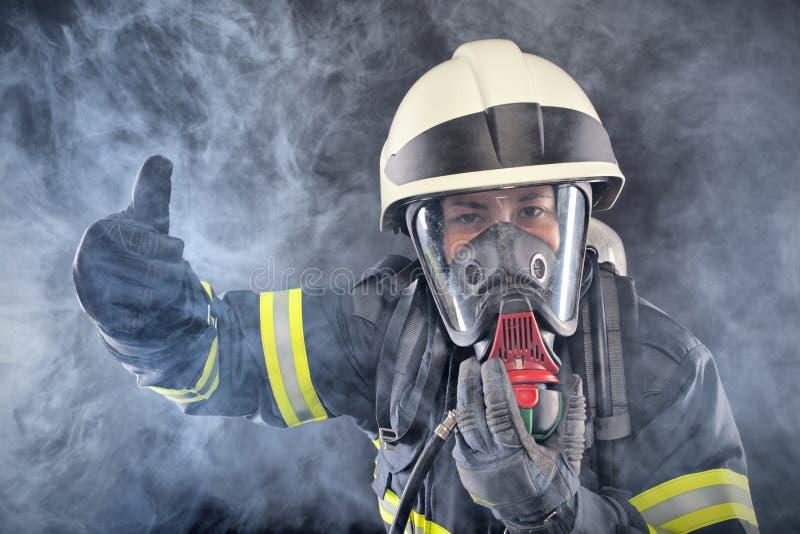 Firewoman στο κοστούμι πυροπροστασίας στοκ φωτογραφίες